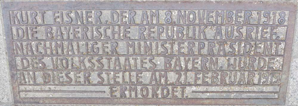 Inschrift auf der Gedenkplatte am Ort der Ermordung von Kurt Eisner
