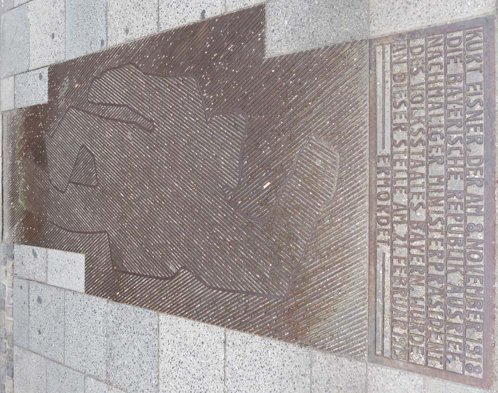 Gedenkplatte am Ort der Ermordung von Kurt Eisner